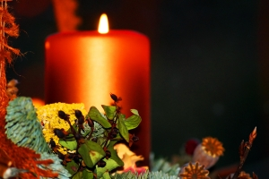 advent-wreath-and-candle---christmas--1435855-m